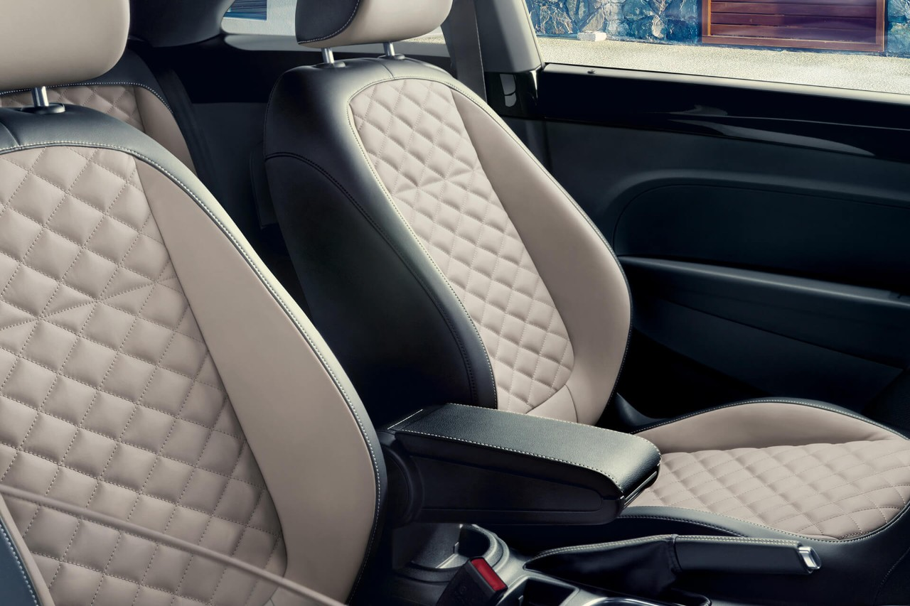 LEATHER SEATS WITH DIAMOND-STITCHED DESIGN